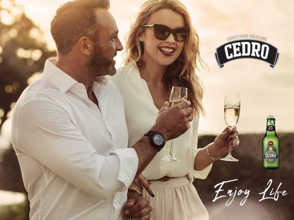 Casal seguram copos